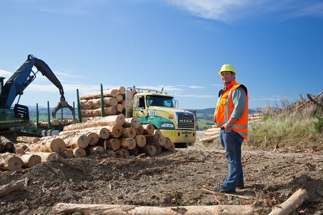 loading Logs on Mack Super Liner truck